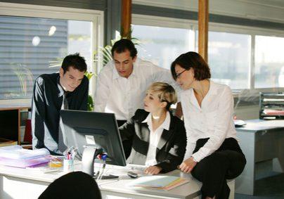 hommes et femmes avec ordinateur de bureau